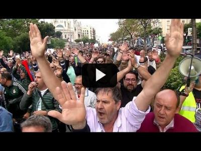 Embedded thumbnail for Video: Multitudinaria concentración de taxistas en Madrid contra Uber y Cabify