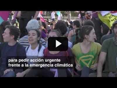 Embedded thumbnail for Video: Cientos de activistas climáticos bloquean un puente en Madrid